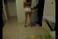 Esposa atendendo entregador de pizza
