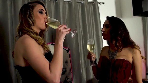 Dominadoras na masmorra com escravo. Charlotte Kolyman e Rayssa Garcia