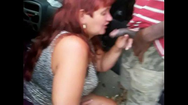 Mulher chupando rola na rua