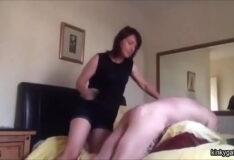 Mulher dominando homem e batendo em sua bunda