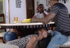 Safada traindo o marido por baixo da mesa na cozinha